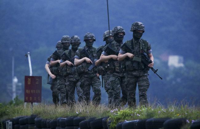 6월 17일 연평도 해안에서 군인들이 야간 순찰을 하고 있다. [장승윤 동아일보 기자]