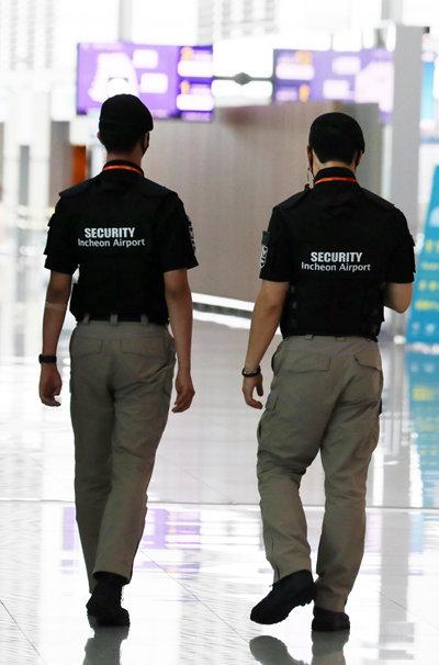 7월 1일 인천국제공항에서 일하는 보안검색 요원들. [뉴스1]
