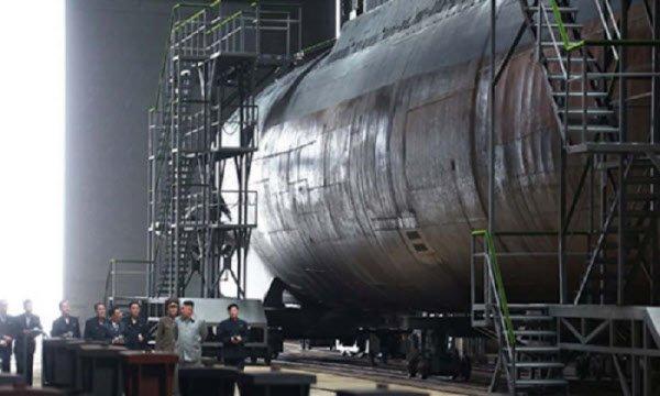 김정은 북한 국무위원장이 2019년 7월 함경남도 신포 마양도 봉대보이라공장(잠수함 건조공장)을 방문해 건조 중인 잠수함을 살펴보고 있다. [조선중앙통신 캡처]