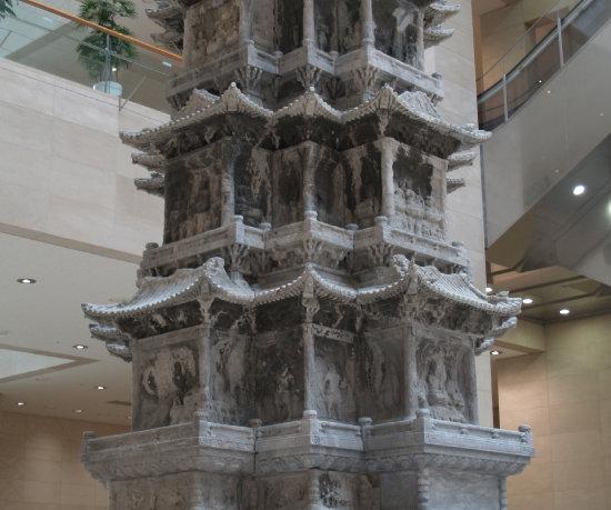 경천사 탑 표면에는 삼장법사와 손오공 등  서유기에 등장하는 인물과 연꽃이 새겨져 있다.