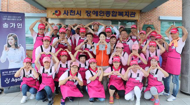 트로트 가수 송가인 팬들은 2019년 9월 3일 경남 사천시 지역장애인 200명에게 삼계탕을 제공했다. [뉴시스]