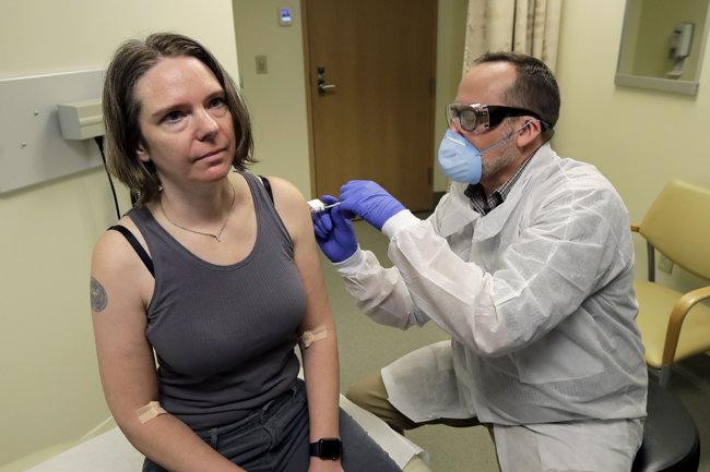3월 16일 미국 시애틀에서 모더나 코로나19 백신 임상시험에 참여한 한 여성이 주사를 맞고 있다. [AP=뉴시스]