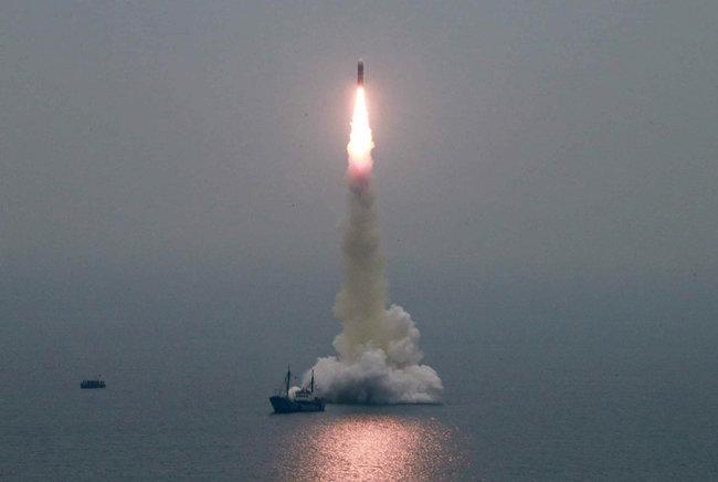 """노동신문은 지난해 10월 3일 """"동해 원산만 수역에서 새형의 잠수함탄도탄(SLBM) '북극성-3'형 시험발사를 성공적으로 진행했다""""고 보도했다. [노동신문 캡처]"""