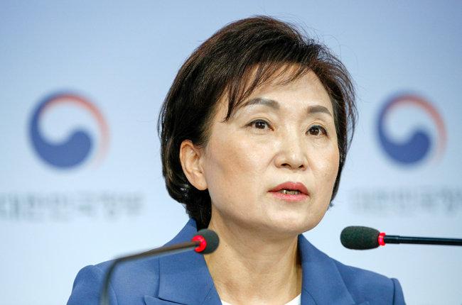 김현미 국토교통부 장관이 6월 17일 서울 종로구 정부서울청사에서 6·17부동산 대책을 발표하고 있다. [뉴스1]