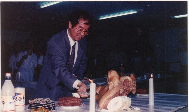 1994년 7월 25일 참여연대 사무실 입주식 겸 상견례에서 고사를 지내는 박원순 서울시장. [참여연대 홈페이지]