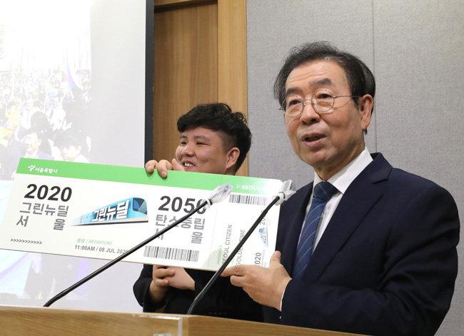 7월 8일 서울시청 브리핑룸에서 2조6000억 원을 투입하는 '서울판 그린뉴딜' 계획에 대해 설명하는 박원순 서울시장. '서울판 그린뉴딜'은 박 시장이 마지막으로 직접 발표한 정책이 됐다. [뉴시스]