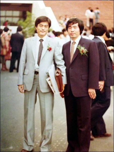 1982년 사법연수원 동기인 문재인 대통령(왼쪽)과 함께 사진을 촬영한 박원순 서울시장. [박원순 페이스북]