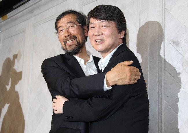 2011년 9월 6일 박원순 당시 희망제작소 상임이사와 안철수 당시 서울대 융합과학기술대학원장이 서울시장 후보 단일화에 합의한 뒤 포옹하고 있다. [동아DB]