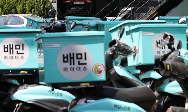 4월 6일 서울 마포구 배민라이더스 중부지사에 배달 오토바이가 줄지어 서있다. [뉴스1]