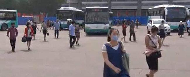 마스크를 쓴 시민들이 버스터미널 앞을 걷고 있다.