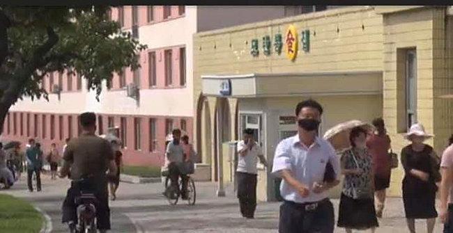 자전거를 탄 이들도 마스크를 쓰고 있다.