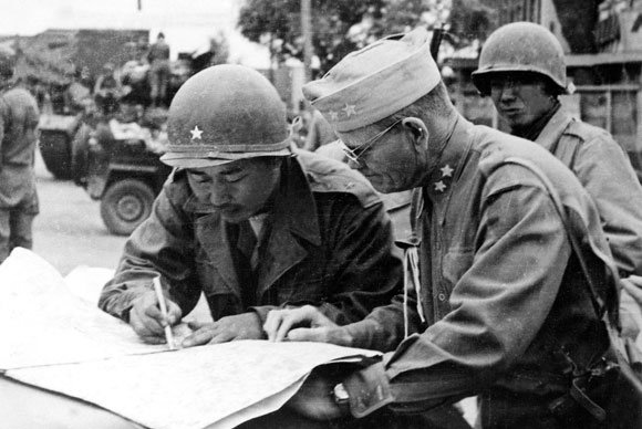 1950년 10월 19일 평양 점령 직후 밀번 미1군단장과 전황을 살피는 백선엽 장군. [동아DB]