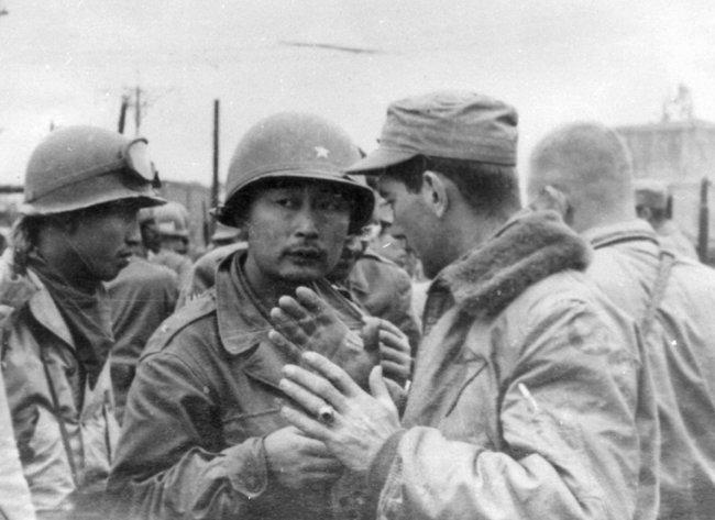 1950년 10월 20일 평양 진격 때 대동강 인근 선교리에서 미군 공군연락장교와 함께 미1기병사단의 위치를 파악하는 백선엽 장군. [동아 DB]