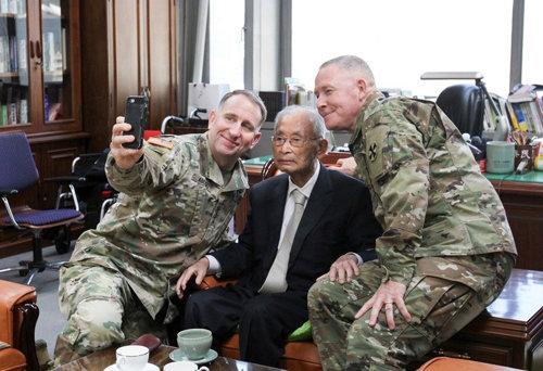 로버트 에이브럼스(왼쪽) 주한미군사령관과 마이클 빌스(오른쪽) 미8군사령관이 백선엽 장군의 서울 용산구 사무실을 찾아가 100세 생일(지난해 11월 23일)을 축하하며 셀카를 찍는 모습. [주한미군 페이스북]