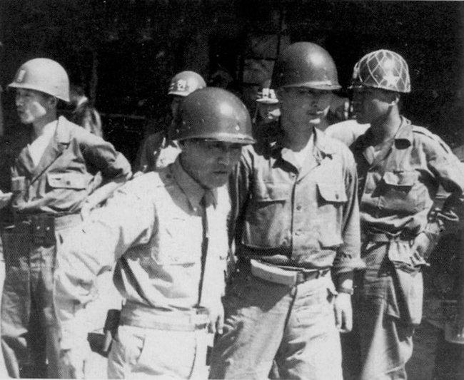 1950년 8월 23일 낙동강 최전선 다부동에서 신성모 국방부장관을 안내하는 백선엽 장군. [동아DB]