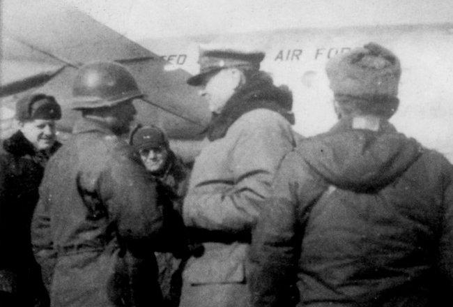 1951년 1월 28일 수원비행장에 도착한 맥아더 원수가 마중 나온 백선엽 장군과 반갑게 악수하고 있다. [동아DB]