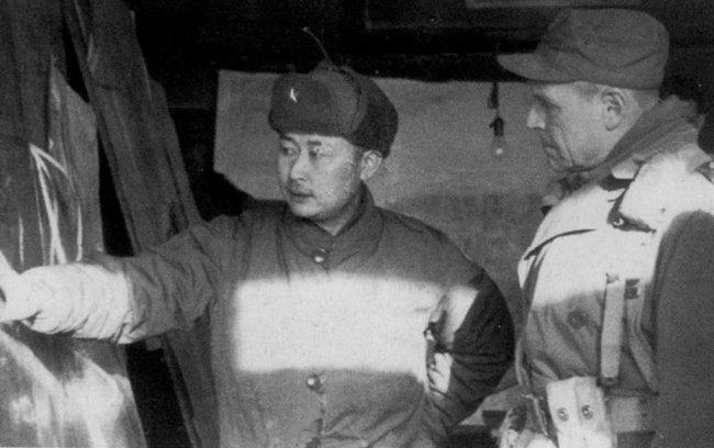 1951년 2월, 리지웨이 유엔군 사령관에게 서울 재탈환 작전 계획을 보고하는 백선엽 장군. [동아DB]