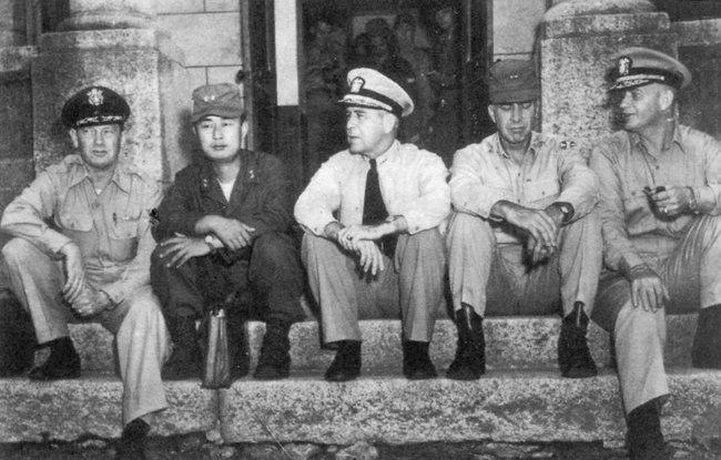 1951년 7월 16일 휴전회담에서 휴식을 취하는 UN측 대표단. 왼쪽부터 크레이기 소장, 백선엽 장군, 조이 제독, 호디스 소장, 버크 제독. [동아DB]