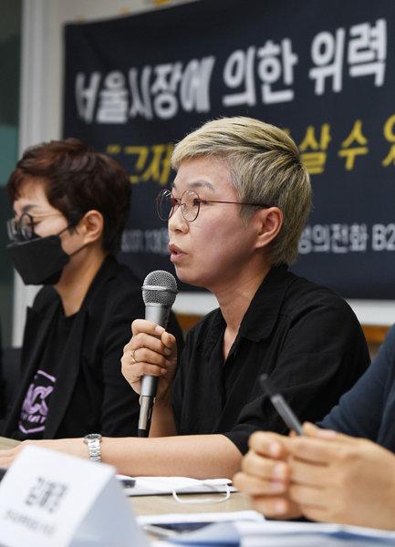 김재련 법무법인 온세상 대표변호사가 13일 서울 은평구 한국여성의전화 교육관에서 열린 '서울시장에 의한 위력 성추행 사건 기자회견'에서 사건의 경위를 설명하고 있다. [뉴스1]