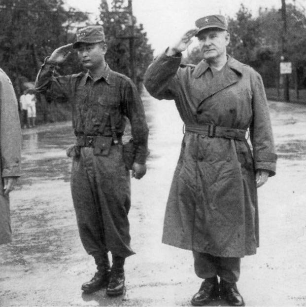 1952년 9월 3일 미국 유학을 떠나는 장교단 환송 행사에 참석한 백선엽 장군(왼쪽).