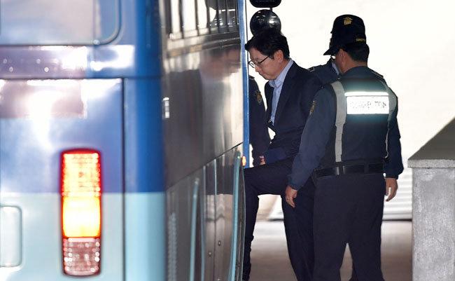 드루킹 댓글 조작에 가담한 혐의로 1심에서 실형을 선고받고 법정 구속된 김경수 경남지사가 지난해 3월 19일 항소 심 첫 공판을 마친 뒤 호송차에 오르고 있다. [동아DB]