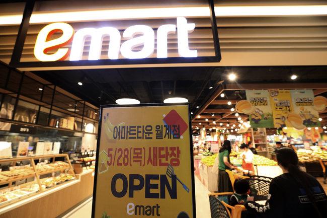 5월 28일 서울 노원구 이마트 월계점에서 고객들이 장을 보 고 있다. 월계점은 10개월간의 공사를 거쳐 재단장했다. [뉴스1]