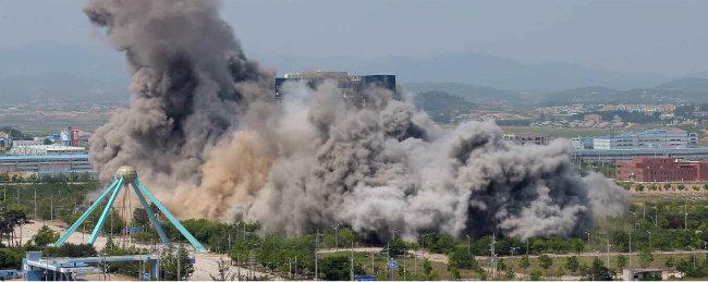노동신문은 5월 17일 개성의 남북 공동연락사무소 폭파 사진을 게재했다. [노동신문=뉴스1]