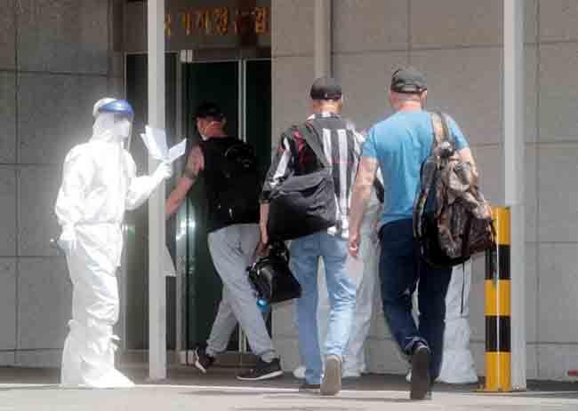 코로나19 확진자가 무더기로 발생한 러시아 선박 아이스스트림호 선원들이 6월 23일 부산의료원 음압병실로 들어가고 있다. [박경모 동아일보 기자]