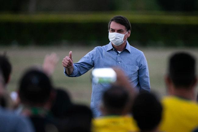 코로나19 확진 후 관저를 찾은 지지자에게 손짓하는 자이르 보우소나루 브라질 대통령.