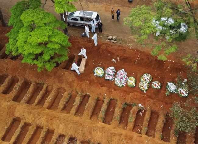 16일 브라질 수도 리우데자네이루에서 사망자 시신이 매장되고 있다.
