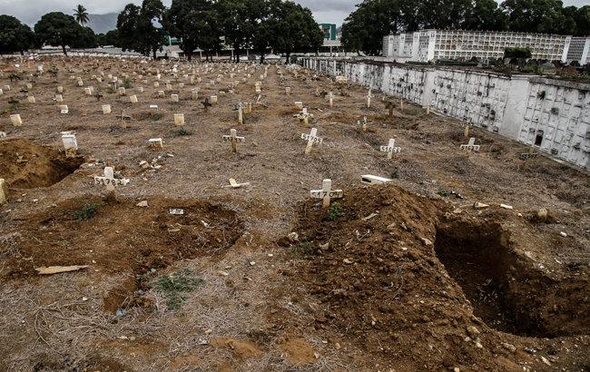 묘지에 십자가가 빼곡하다.