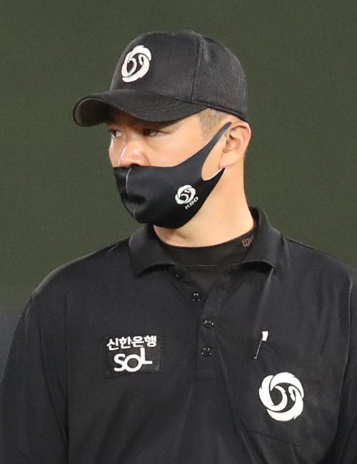 KBO 심판위원이 남영비비안이 내놓은 신제품 'KBO 마스크'를 착용하고 있다. [뉴스1]