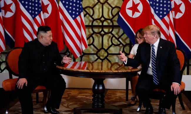 지난해 2월 28일 베트남 하노이 메트로폴호텔 회담장에서 김정은 북한 국무위원장과 도널드 트럼프 미국 대통령이 회담하고 있다. [AP=뉴시스]