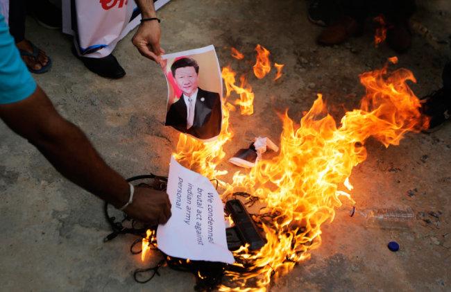6월 16일(현지시간) 인도 아마다바드에서 중국 반대 시위에 참여한 시위대가 시진핑 중국 국가주석의 사진을 불태우고 있다. 인도군은 중국과의 국경지대인 히말라야 고지대에서 중국군과의 충돌로 고위 장교를 포함해 20명이 숨졌다고 밝혔다.  [AP=뉴시스]