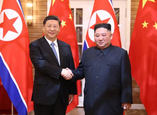 북한을 국빈 방문한 시진핑(왼쪽) 중국 국가주석이 지난해 6월 20일 평양 금수산 영빈관에서 김정은 북한 국무위원장과 정상 회담에 앞서 악수하고 있다.  [뉴시스]
