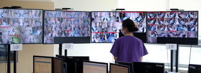 3월 9일 서울 중랑구 서울의료원 의료진이 폐쇄회로TV를 통해 코로나19 환자가 입원한 음압병실을 살펴보고 있다. [장승윤 동아일보 기자]