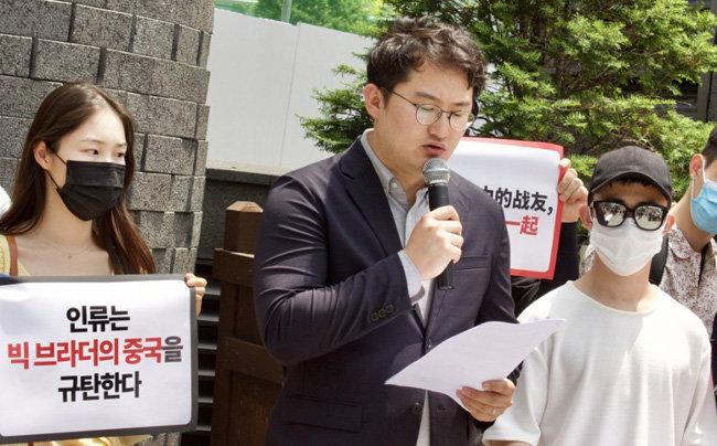 6월 4일 서울 명동 중국대사관 앞에서 '6·4 천안문 학살 31주년 추모 및 홍콩 민주화 지지' 기자회견을 하는 김수현 전대협 의장. [전대협 제공]