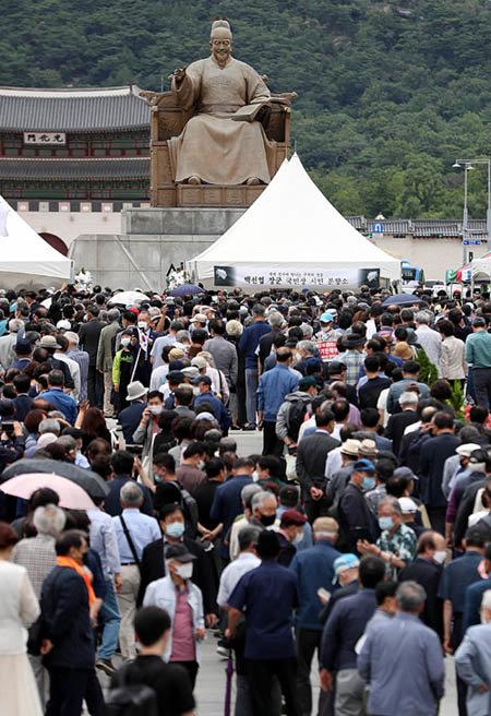 7월 14일 서울 광화문광장에 마련된 고(故) 백선엽 예비역 대장 시민 분향소. [뉴시스]