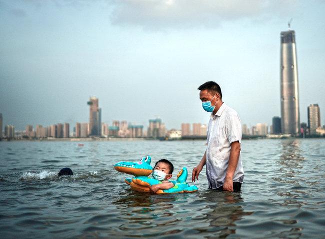 7월 10일 장탄공원에서 물놀이 중인 아버지와 아들.