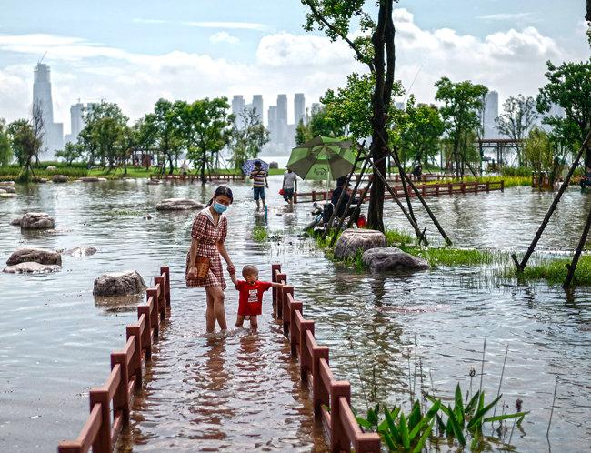 7월 10일 장탄공원을 모자가 걷고 있다.