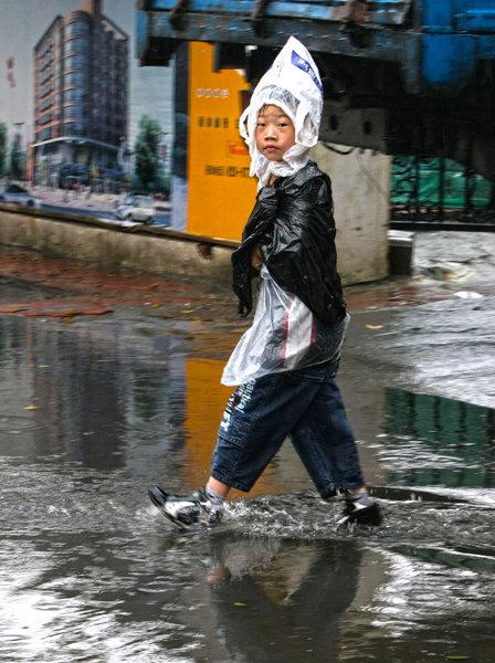 6월 22일 중국 쓰촨(四川)성 청두(成都)시에서 한 소년이 비닐봉투로 머리를 감쌌다.