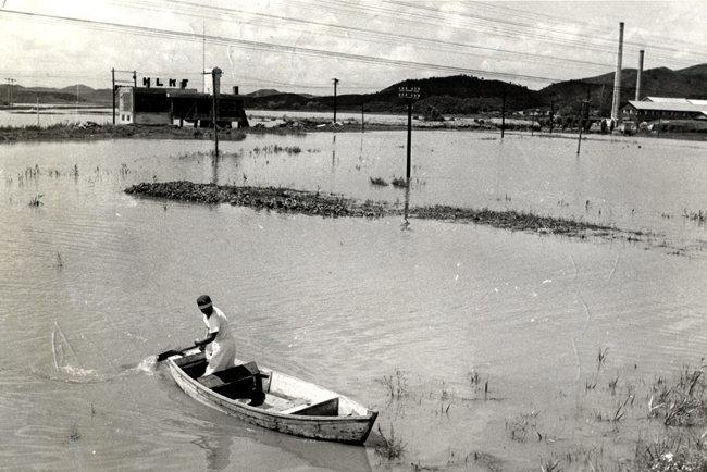 1963년 7월 경기 시흥군 광명리(현 광명시) 일대가 물에 잠긴 모습. [동아DB]