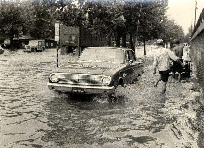 1964년 9월 서울 용산구 남영동의 도로가 침수됐다. [동아DB]