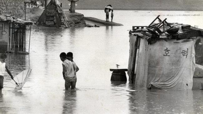 1970년 홍수 피해를 입은 서울 성동구 천호동(현재는 강동구 관할) 일대. [동아DB]