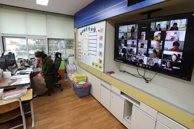 코로나19 확산을 막고자 '온라인 개학'을 한 4월 20일 서울 용산구 용산초등학교 1학년 교실에서 원격으로 입학식이 진행되고 있다. [뉴스1]