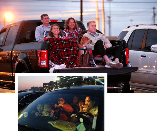 픽업트럭 짐칸에서 음악 공연을 즐기는 미국 시민들(위)과 서울 성동구 한 자동차 극장에서 영화를 관람 중인 한국 가족.  [GettyImage]