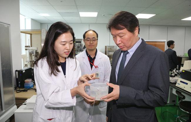 최태원 SK그룹 회장(오른쪽)이 2016년 6월 8월 SK바이오팜을 찾아 신약 개발 과정에 대한 설명을 듣고 있다. [SK그룹 제공]