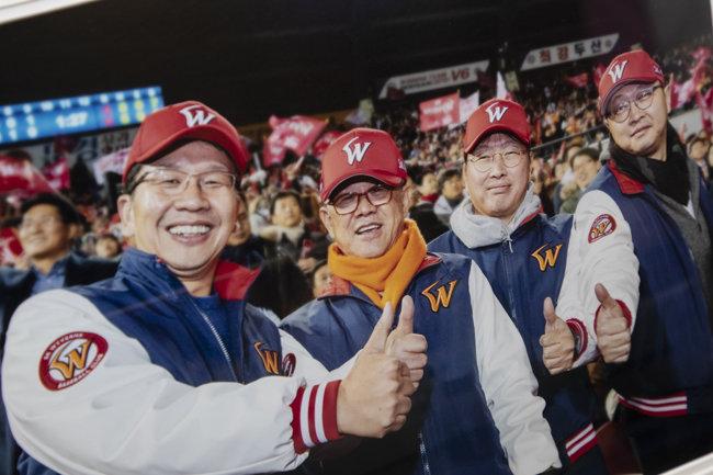 2018년 SK와이번스가 한국시리즈에서 우승했을 때 잠실야구장에서 '엄지척'을 하며 기쁨을 나누고 있는 SK가(家) 4형제. 왼쪽부터 최창원 SK디스커버리 부회장, 최신원 SK네트웍스 회장, 최태원 SK 회장, 최재원 SK 수석부회장. [동아DB]