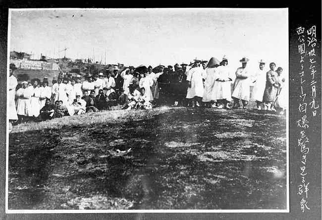 1904년 2월 9일 인천 제물포항에서 일본 해군의 공격으로 침몰하는 러시아 여객선 '순가리호'를 지켜보는 조선인들. [동아DB]