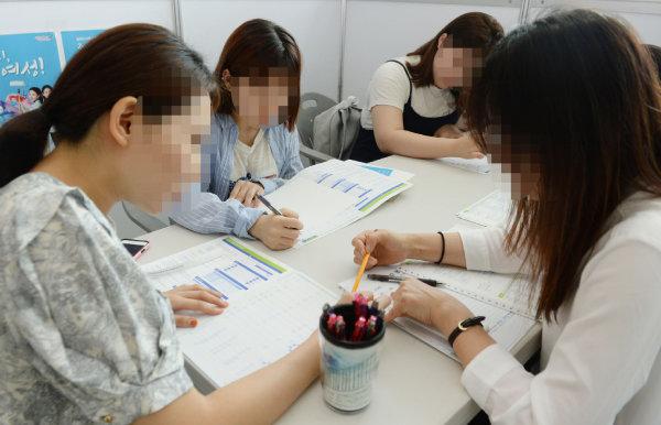 구직자들이 MBTI 성격유형 검사를 하고 있다. [뉴스1]